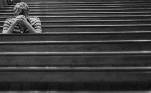 joven-orando