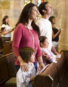 niños en misa